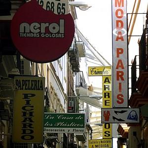 Sevilla dice adiós a los rótulos perpendiculares instalados en su centro histórico